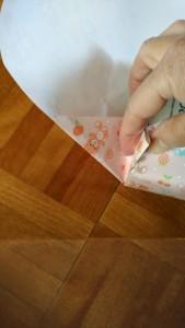 紙のサイズにあっているか、写真の用に包みたいものを 斜めに置いていきます。