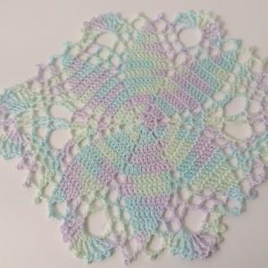 【レース編み】 楕円形のドイリーを編んでみました。 丸い形、四角い形のドイリーの編み図は無料編み図で 編んでいますが、楕円形は少なくなかなか見つかりません。 楕円形のレース編みを編んでみたくて、本を買って編んでみました。 楕円形のドイリー、細長い個所に飾る時にピッタリ・・・